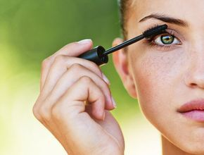 Geheimnisvoll und unergründlich: Grüne Augen sind für sich schon ein Hingucker. Wie Sie Ihnen mit dem passenden Augen-Make-up noch mehr Strahlkraft verleihen, erfahren Sie hier.