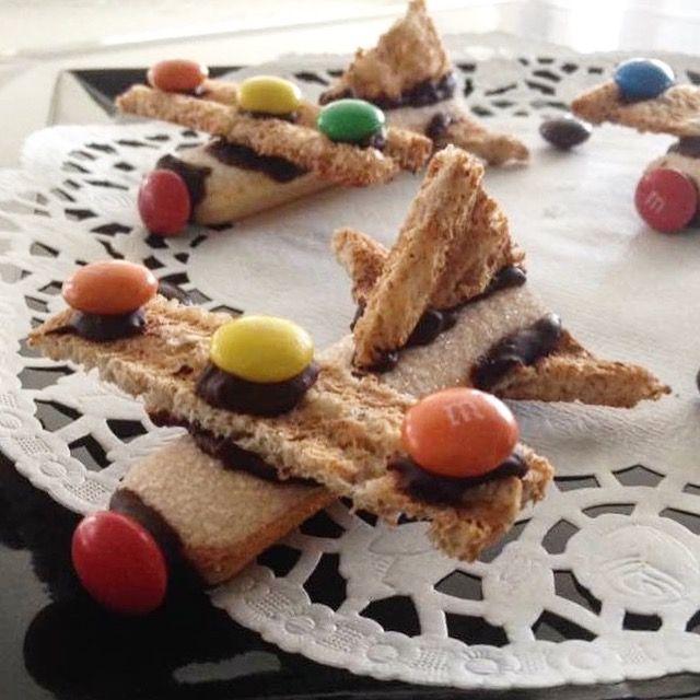 Kinderfeestje hapje vliegtuig traktatie boudoirs geroosterd brood chocolade m&m