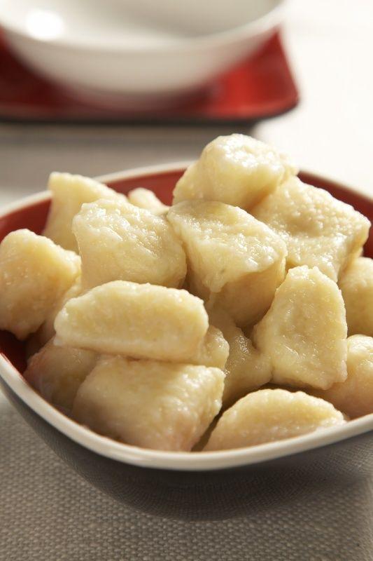 Ingredience: brambory 800 gramů (uvařené ve slupce), mouka pšeničná polohrubá 300 gramů (nebo trochu více, podle potřeby), vejce 1 kus, žloutek 1 kus, máslo 30 gramů (rozpuštěné), sůl, mouka (na posypání prkénka), máslo (na pokapání).