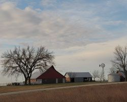 Kansas net #farm income plummets, weighed down by falling #grain and #livestock prices: #Kansas Farm Management Association data showed the lowest average level of nominal net farm income since 1985. #KSRE #KState