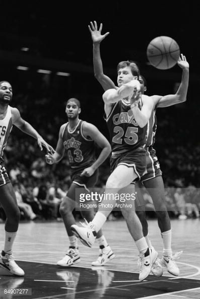 Fotografia de notícias : Mark Price of the Cleveland Cavaliers makes a...