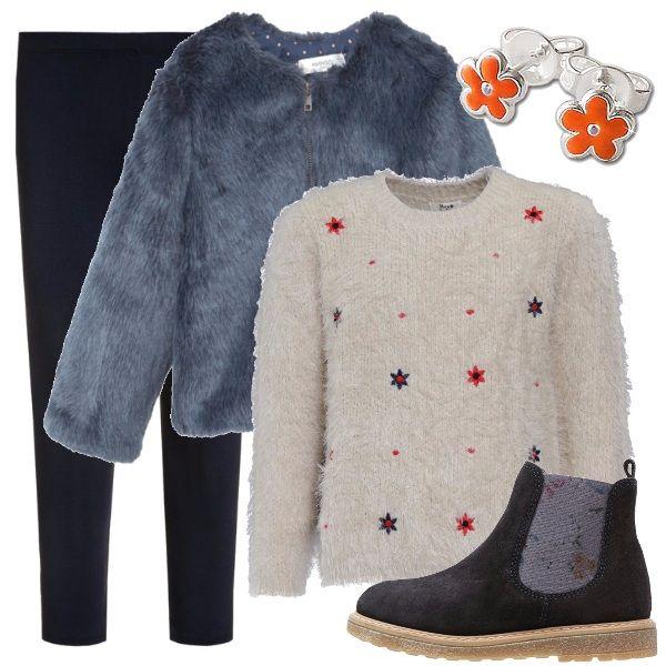 Uscita con mamma e papà, festa di compleanno, ecco un abbigliamento versatile: morbido maglioncino avorio con fiorellini blu e arancioni, pantaloni blu, ecopelliccia blu notte con zip, scarponcini blu scamosciati e orecchini con fiorellini arancioni.