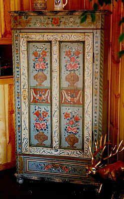 Armoire polychrome, fabrication récente d'après des motifs traditionnels tyroliens
