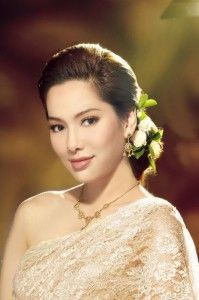 Charming Thai Bride and her beautiful wedding make up.