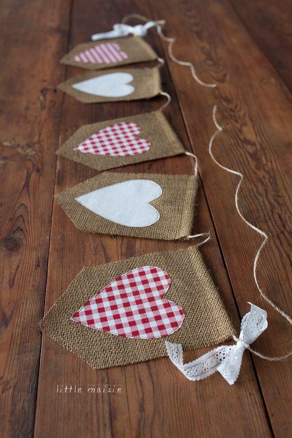 Esta bandera de corazón de arpillera cuenta con corazones de tela de Vichy rojo y blanco clásico que han sido cortados a mano y cosido a cada bandera de arpillera. Es hermoso para sesiones de fotos del día de San Valentín, bodas o simplemente para decorar tu hogar. Un arco de encaje