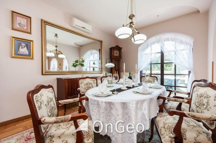 Dom na sprzedaż Dom o powierzchni użytkowej 419 m2, parteru oraz niski parter, urządzony w klasycznym stylu. Wyposażony według najwyższych standardów oraz wysokiej jakości wykończenia: dębowe parkiety, drewniana stolarka okienna i drzwiowa. #domnasprzedaz #ongeo #wnętrza #salon