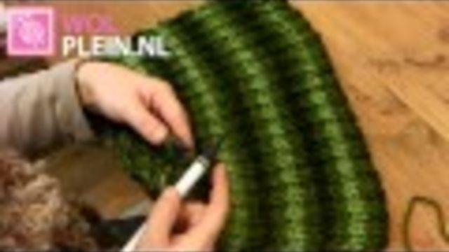 Een col sjaal kun je wel gebruiken met die kou. Heerlijk warm en helemaal niet zo moeilijk om zelf te #breien. Hierbij het patroon!