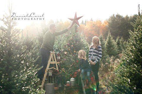 Christmas mini photo session idea / family / props / tree farm / holiday  photoshoot / photography | Fun Photo Session Ideas and Poses | Pinterest ... - Christmas Mini Photo Session Idea / Family / Props / Tree Farm