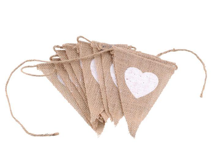 Vlaggetjes van jute met hartjes Stoffen vlaggenlijn van jute bedrukt met witte hartjes, mooi voor (huwelijks) feesten of als decoratie in huis en tuin.      Lente slinger: 2,80 meter     Afmeting vlaggetje: 12,5 x 15,5 cm     Aantal vlaggetjes: 12 - € 7,95