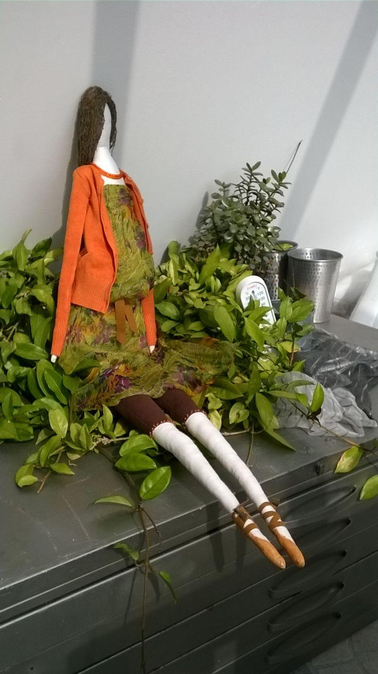 Veklá panenka, hlídá kytky ve skleníku.