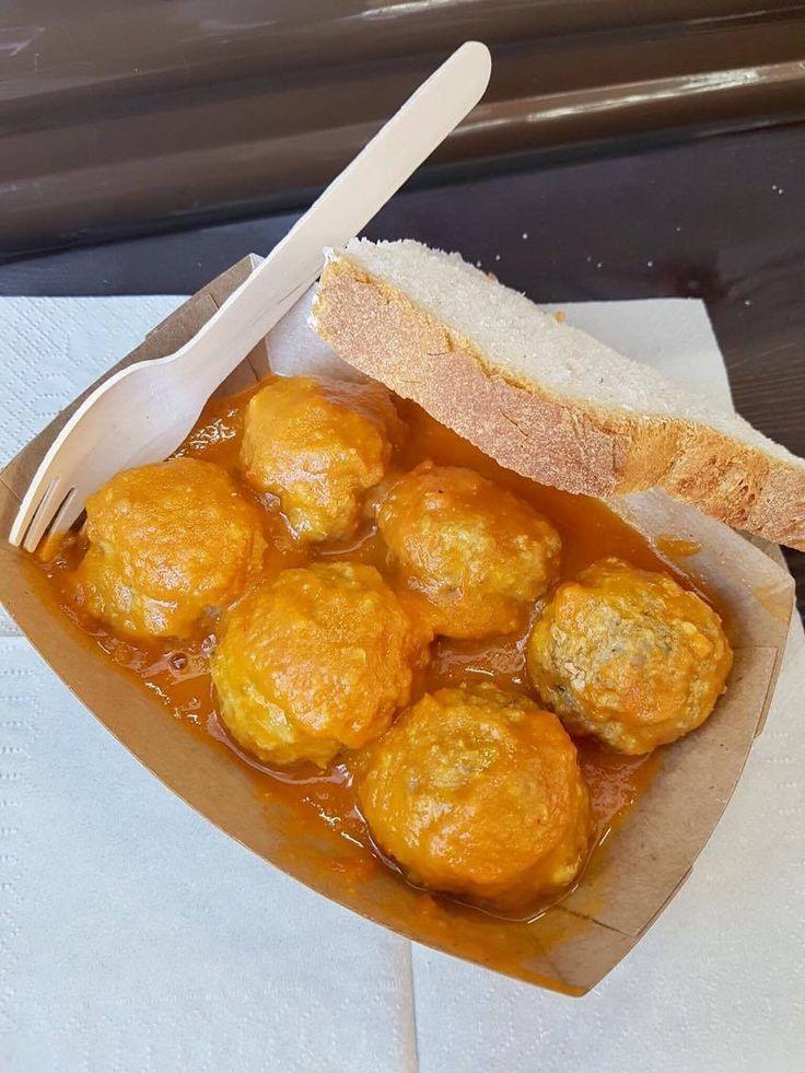 Fantásticas #albóndigas de pollo y ternera en salsa de tomate casera. ¡Para mojar pan! Puedes acompañarlas de unos espagueti para darle un toque de película.