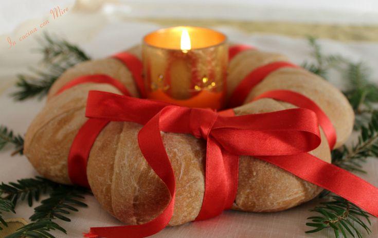La corona di pane è una perfetta ricetta di pane per abbellire la tavola delle feste, come si dice anche l'occhio vuole la sua parte.