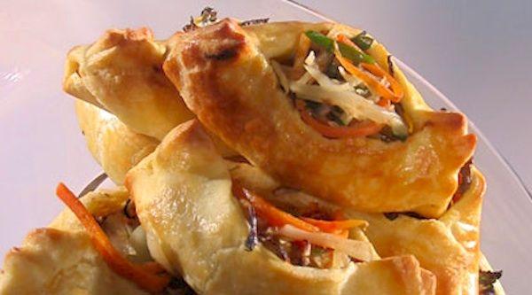 Il millefoglie di verdure si prepara con sfoglie di farina cotte in forno e alternate alle verdure arrostite o passate sulla griglia e al prosciutto.