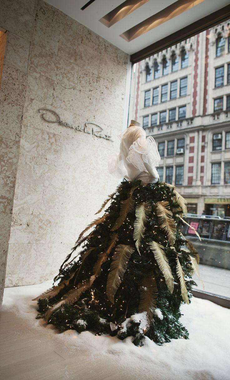 oscar de la Rente: Window Display, Income, Christmas Outfits, Christmaswindow, Wearable Art, Christmas Trees Skirts, Oscars, Christmas Window, Larenta