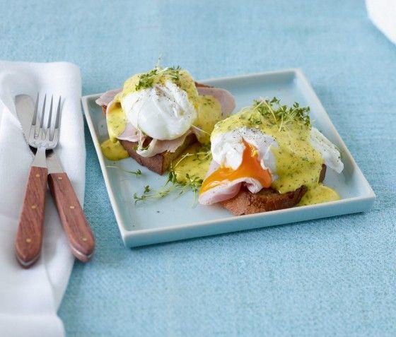 Pochierte Eier mit Kräuter-Hollandaise: Mmmmh, das Deluxe-Frühstück mit Bauernbrot, selbstgemachter Hollandaise, Schinken und zarten, pochierten Eiern.