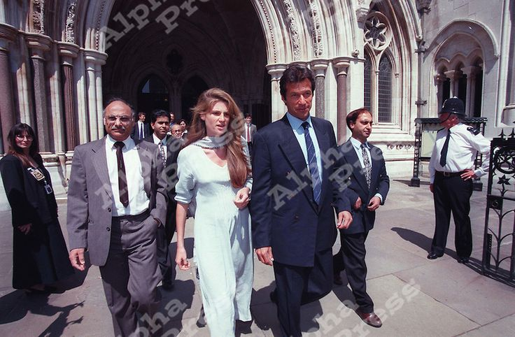 AUGUST 1996-IMRAN KHAN & JEMIMA GOLDSMITH OUTSIDE THE LONDON LAW HIGH COURTS.