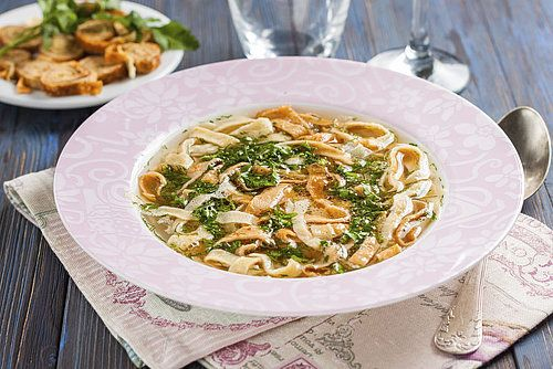 Als je in Oostenrijk bent geweest, heb je het vast weleens gegeten: frittatensuppe. De karakteristieke soep uit Oostenrijk met reepjes gesneden eierpannenkoek erin. Heerlijk als voorgerecht of gewoon tussendoor. En heel makkelijk zelf te maken.