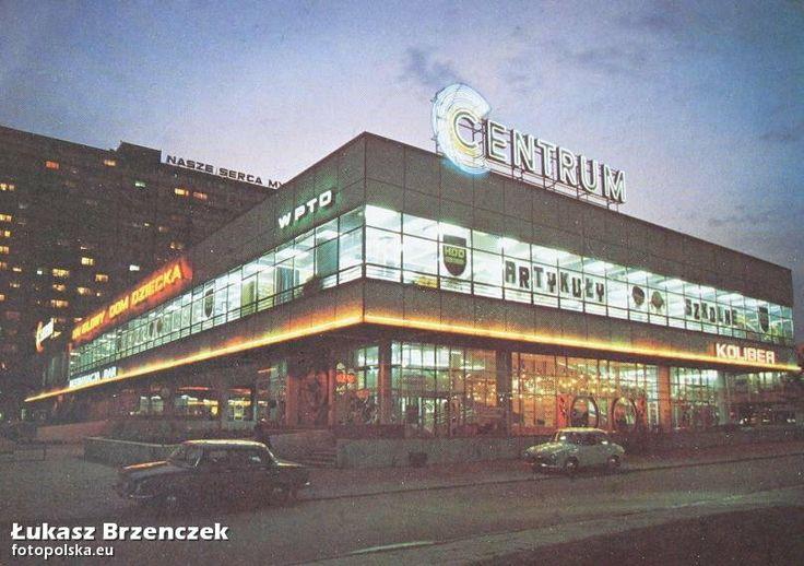 """Handlowy Dom Dziecka, Katowice - 1975 rok, w tle """"Superjednostka"""". fot. Łukasz Brzenczek."""
