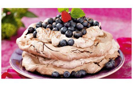 Du behøver ikke lede længere! Her er den perfekte dessert til alle sommerens fester og grillaftner: Lækker mazarin med vaniljeskum og bær