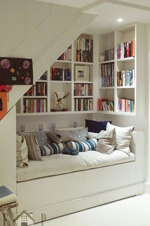 Cottage Living Room with Carpet, Built-in bookshelf, Saro les baux de provence striped design jute pillow, Built-in seating