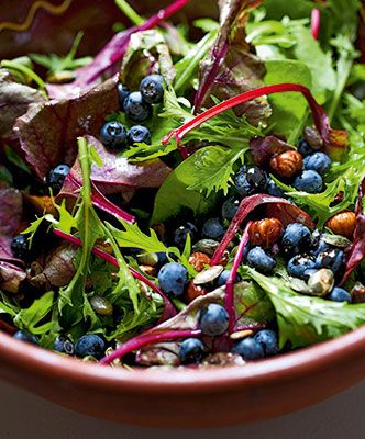 Salat med blåbær og ristede hasselnødder