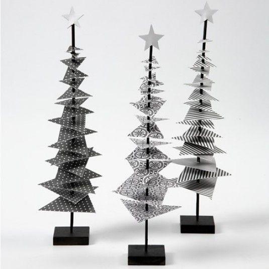Weihnachtsbaum aus Designpapier auf einem Stab mit Fuß