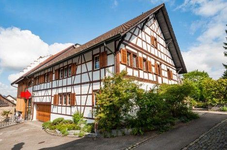 Stattliches 8½-Zi-Riegelhaus mit wild-romantischem Garten