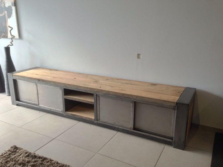 tv meubel met schuifdeuren. naar wens van klant, voorzien van oude wagondelen info@manto-meubels.nl