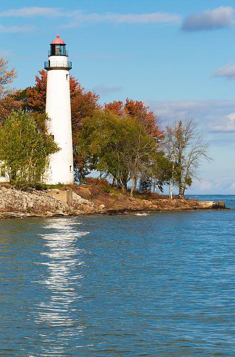 Reflejo de Faro  Pointe Aux Barques en el lago Huron.