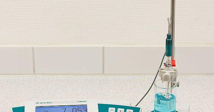 Cómo limpiar un medidor de pH. Un medidor de pH es un dispositivo electrónico para medir el pH, que es la acidez (ácidos) y la alcalinidad (bases), de las sustancias. Los medidores de pH sueltan algo de su precisión con cada uso y deben ser calibrados periódicamente. Junto con calibración, el electrodo del medidor necesita ser limpiado después de cada uso para evitar la ...