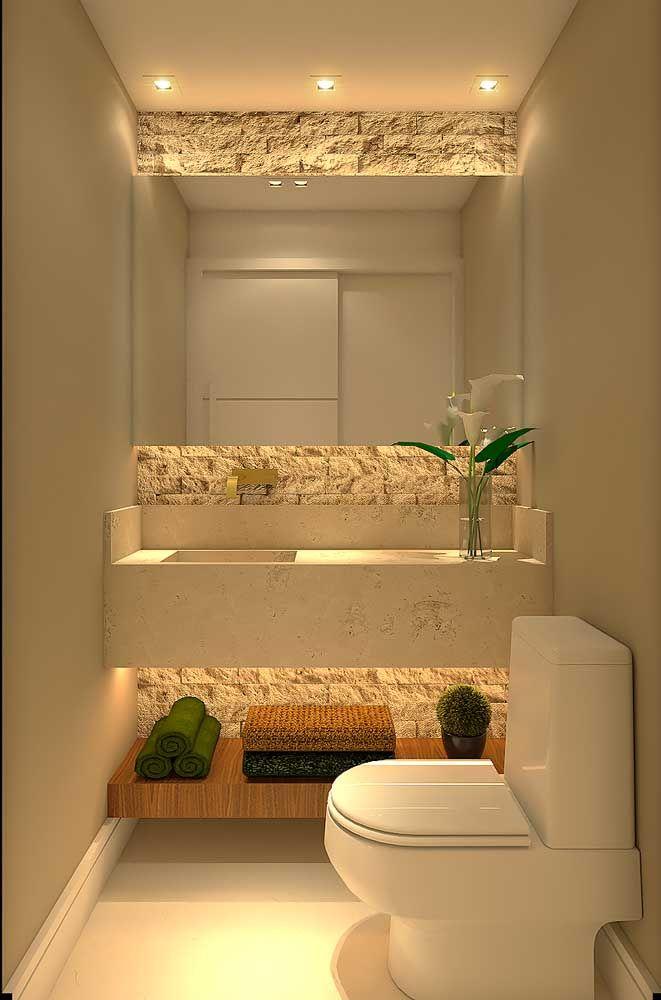 Pequeño baño decorado con espejo grande; resalte para pared con revestimiento