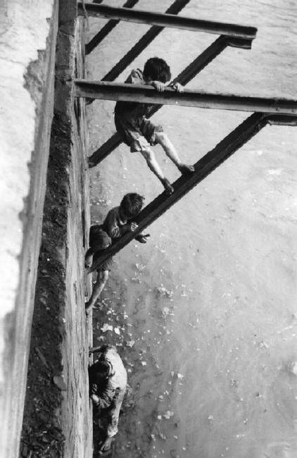 © Sergio Larrain/Magnum Photos CHILI. Santiago. Vagabond children. 1957.