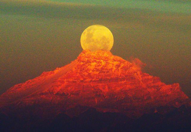 Imponente Naturaleza Monte Aconcagua y la luna llena saliendo justo por la cumbre. Imagen desde cerro Vizcachas,cordillera de la costa foto de Roberto Antezana