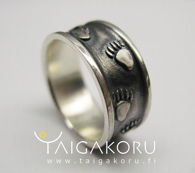 MS62 Karhunjälki, karhunjäljet, sormus, hopea, hopeasormus, hopeakoru. Silver ring , bear marks, footsteps. www.taigakoru.fi by TAIGAKORU, via Flickr