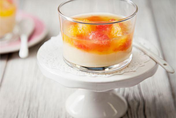 Auringonkeltainen hedelmäkiisseli on täydellinen pari täyteläiselle maitokiisselille. Tämä jälkiruoka syntyy nopeasti, mutta on näyttävä ja maukas arkiaterian päättäjä. http://www.valio.fi/reseptit/hedelma-kerroskiisseli/ #resepti #ruoka