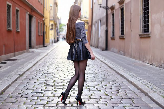 Szara odsłaniająca ramiona bluzka, skórzana spódniczka, czarne rajstopy i szpilki | Ari-Maj / Personal blog by Ariadna Majewska #fetishpantyhose #pantyhosefetish #legs #heels #blogger #stiletto #pantyhose #collant #black