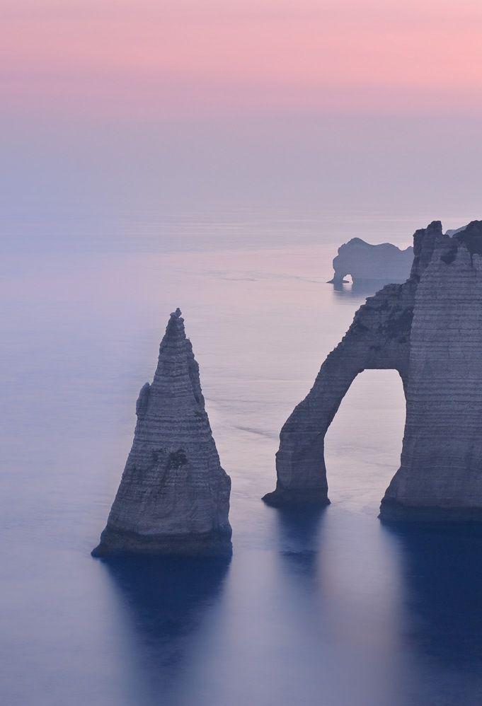 Les falaises d'#Étretat en Seine-Maritime sur la côte d'Albâtre. #Côte #Coast #Beach #Sea #Ocean #Travel #Voyage #France