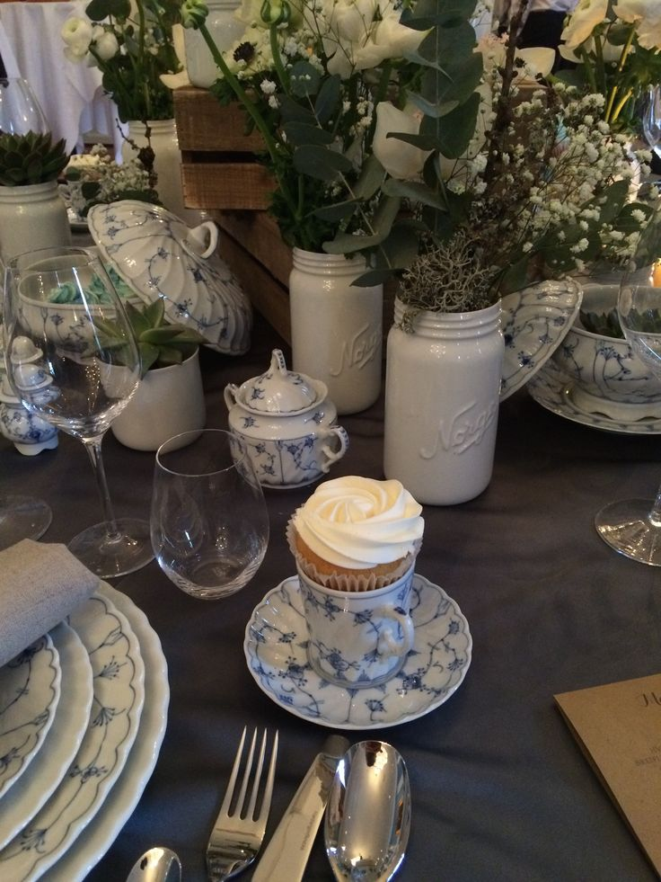 En kjønnsnøytral styling med #Norgesglass i #porselen og det aller flotteste serviset fra Porsgrunds Porselænsfabrik - Bogstad Strå. Her er det detaljene i porselenet og de ensfargete blomstene som får fokuset. Med en fargerik buffet får du kontrasten du trenger.