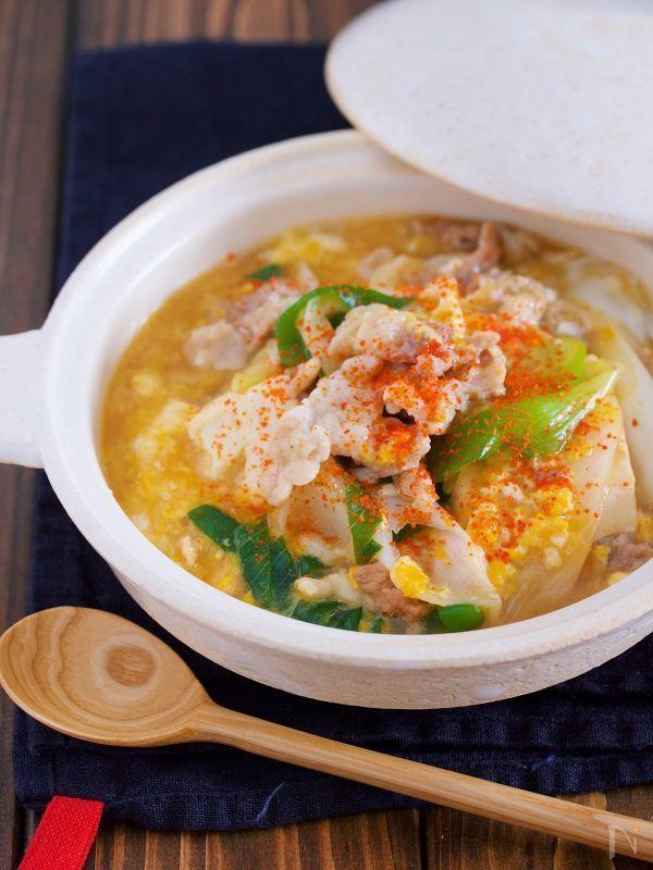 豚こま・豆腐・卵という 節約食材神3を使った(笑) 胃腸にやさしい簡単メイン♪ お鍋に材料を入れたら あとは、サッと煮るだけ。 豚こまは片栗粉をまぶすことで 柔らかく仕上がり また、自然にとろみもつくので 冷めにくくなり、まさに寒い冬にピッタリ! イメージとしては 親子丼の豚肉&ヘルシーバージョンです♡ ★いつもありがとうございます( ´艸`)