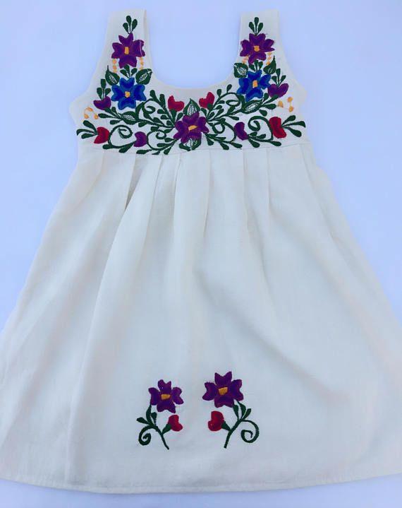 Robe de bébé mexicain avec broderie motif Floral du Yucatan Mexique Cette magnifique robe de broderie du Yucatan au Mexique est la robe d'été et parfait pour le printemps. Il est composé de tissu Manta avec broderie machine en fil de coton. C'est une robe débardeur avec une attache à l'arrière. Cette robe fait un cadeau bien pensé et unique parfait pour les douches de bébé et les anniversaires. Livraison gratuite! Taille: 4 t-longueur 21 1/2 pouces, largeur au niveau de la poitrine 12 ...