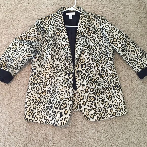 Chico's Leopard Blazer Size 2 (size 12) Like new Chico's leopard print blazer size 2 in Chico sizing, but fits more like an XL or 12. Only worn a few times, no signs of wear at all! Chico's Jackets & Coats Blazers