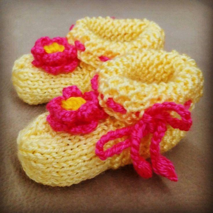 Pembe çiçekli sarı kız bebek patiği