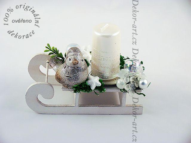 Vánoční dekorace se svíčkou a ptáčkem.