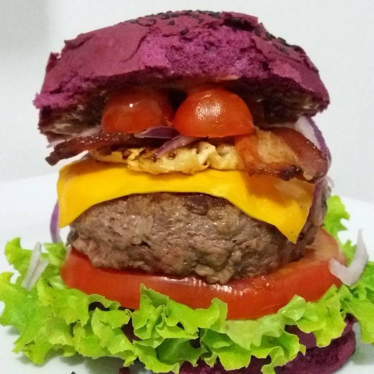 Maionese, Alface, Tomate, Blend 200g, Cheddar, Bacon, Abacaxi Grelhado, Cebola Roxa desfiada, Tomate Cereja, Ketchup no Pão de Açaí.  #aburgervalqueire #aburgerdelivery #riodejaneiro #burger #brazilianburger #brazilfood #pornfood #foodporn #foodtruckrj #whatelse #burgergourmet #internationalburger