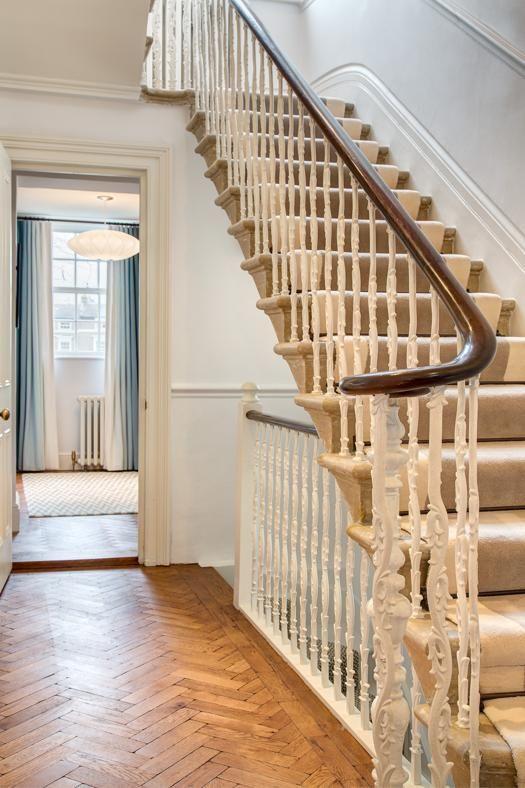 INITURE PREZIOSE La scala che conduce al piano superiore ha conservato la bellissima ringhiera originale in legno lavorato. Lo stesso vale per il parquet a spina di pesce, un'eredità del passato.