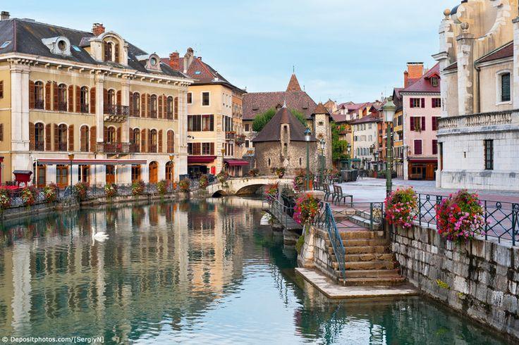 Splendide vue sur la ville d'Annecy en Haute savoie. Je ne sais pas vous mais moi j'ai pas pu résister à ne pas épingler cette photo pour ne pas oublier d'aller visiter cette ville de charme !! Appartement, villa ou chalet ? #haute #savoie #location #vacances #france #annecy