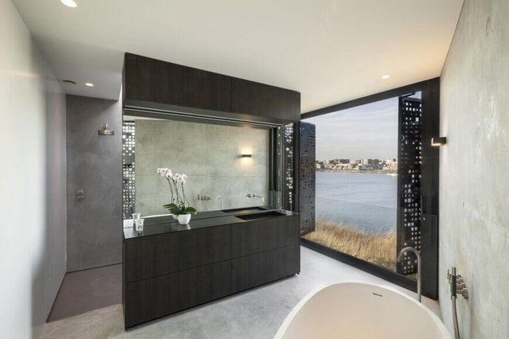 Dunkle Schiebetüren und einen dunklen moderne Eitelkeit Zähler werden gegen weiße Wände in diesem modernen Badezimmer angezeigt.