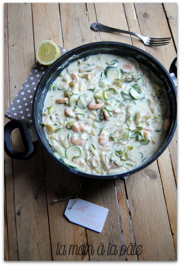 Pâtes aux crevettes et aux courgettes cuites avec leur garniture dans une casserole