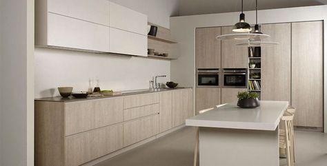 Cocina moderna y funcional, con gran frigorífico y lavavajillas oculto, combinada con muebles blancos y madera en roble. Lineas rectas con tiradores integrados en las puertas, con zona para comer y...