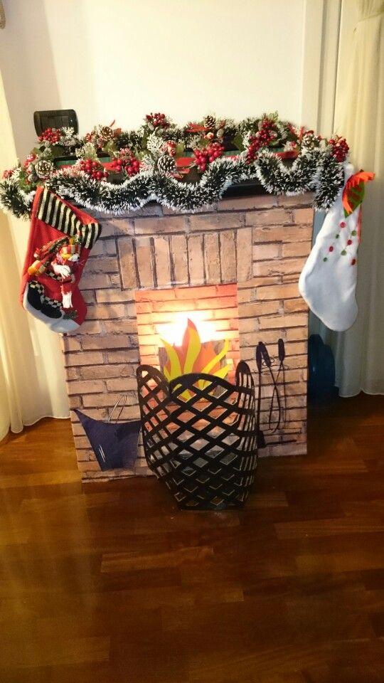 Ciao a tutti! Ho creato un caminetto di cartone e carta adesiva per Natale utilizzando il fasciatoio di cambio pannolini che non serve più! Spero vi piace anche a voi. La mia bimba quando la visto e impazzita di gioia!